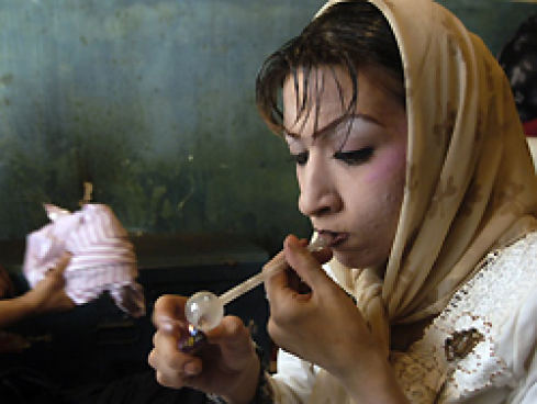 "Through a glass flask, the 19-year-old Fereshteh smokes the synthetic drug Schischeh (""Crack""). Together with heroin affects the drug narcotic. (© Aslon Arfa)"