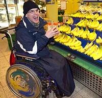 Menschen_mit_Behinderung_Rollstuhlfahrer_beim_Einkaufen